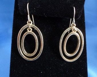 Double two circle pierced earrings.