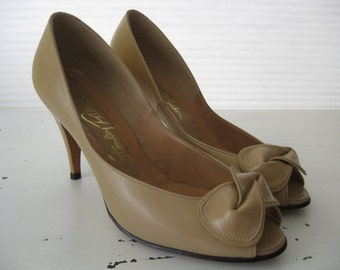 vintage. PUMPS. shoes. LEATHER. bow. NUDE. neutral. 1980s. Size 7 1/2.