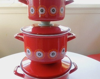 Set of Three Mid Century Modern Enamelware Graniteware Red With Daisies Pots With Lids
