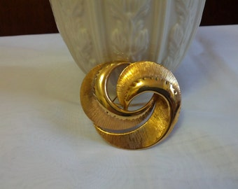 Vintage beautiful swirled brooch designed and set with heavy gold tone metal