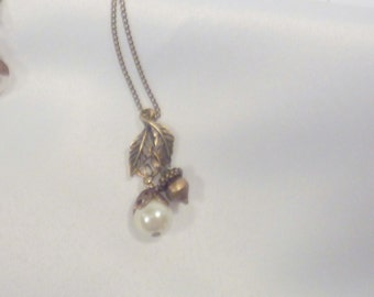 Ladies Necklace - Antique Brass - Acorn, leaves and fresh water pearl - Wedding jewelry  - bridesmaids necklace - Pearl necklace