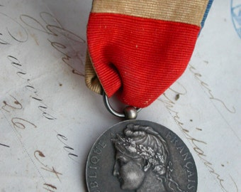 french antique vintage sterling silver medal 1932s dark patina with original tie ruban of flag France