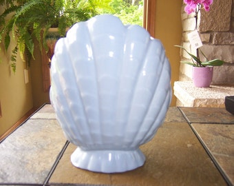 Blue Abingdon shell vase