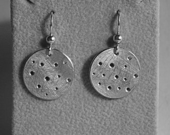 TWO MOONs earrings ready to be your satellites.