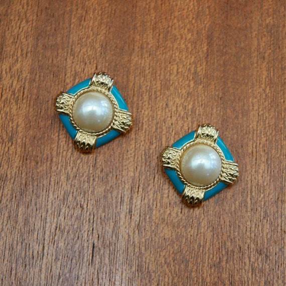 Vintage 80s 90s Gold toned Earring With Faux Pearls and Enamel