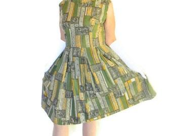 60s green dress. Vintage pleated dress. Sleeveless dress. Size Large. Green yellow grey. Paisley print. Mad Men fashion. Patchwork print