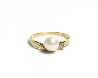 14k Yellow Gold Diamond and Pearl Ring Size 6