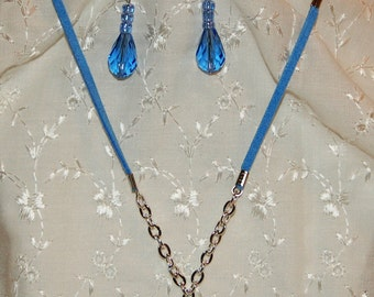 Round blue pendant necklace with earrings