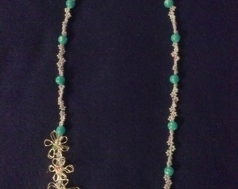 Beaded daisy chain necklace with wire flowers