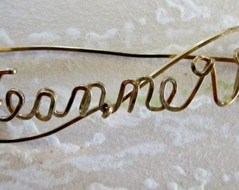 GOLD Wire Name Pin JEANNETTE Twisted Cursive Script Brooch