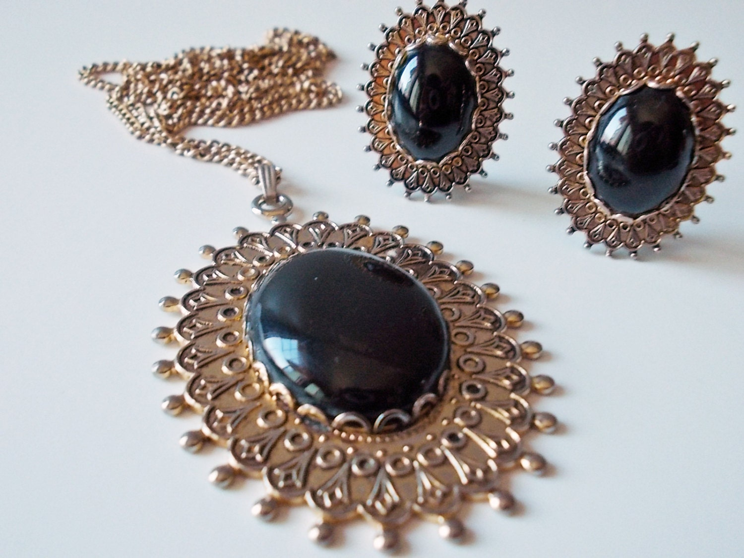vintage costume jewelry set clip on earrings and pendant