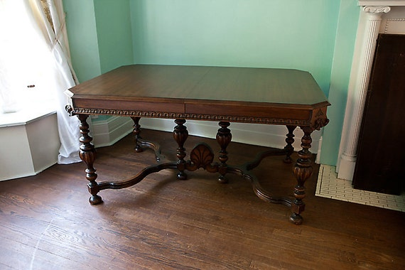 Dining Table: 1930 Antique Dining Table