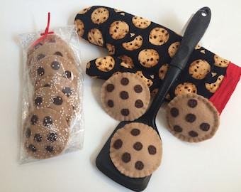 Felt Cookies Baking Set - 6 Cookies plus Oven Mitt - Imaginary play food for kids pretend baking CHOCOLATE CHIP