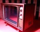 Maison de poupée miniature travail TV rétro