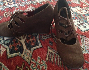 Gorgeous vintage 1970s brown lace up suede platform shoes in great condition Size 7