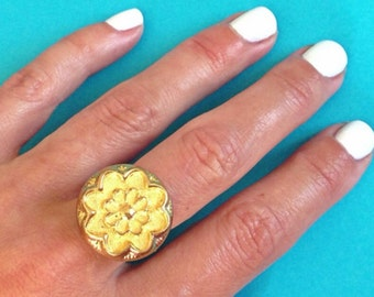 Flower button ring 1970s gold vintage