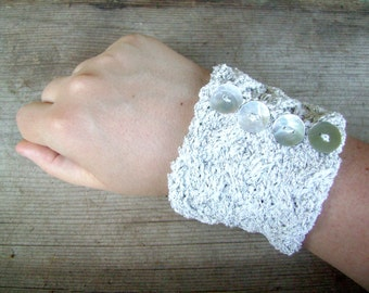 Silver bracelet with vintage mother of pearl buttons. Slip on knitted cuff in white and silver. Retro cuff