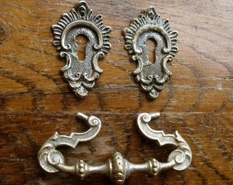 Vintage Ornate Drawer Pull Handle and Two Small Escutcheons - Steampunk Supplies, Scrapbooking, Furniture Restauration (L-2)