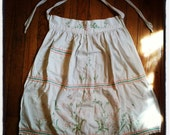 vintage embroidered pocket apron with pink floral daisy pattern