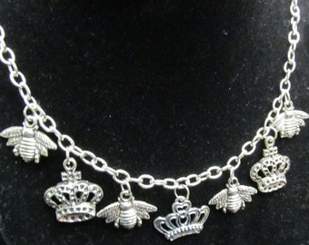 Beautiful Queen Bee Charm Necklace Q 16