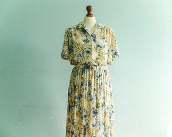 Vintage floral dress pleated / pastel beige blue green / summer day dress / secretary dress / buttoned / short sleeves / midi long / medium