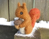 Needle Felted Red Squirrel Holding Acorn / Squirrel Nutkin Beatrix Potter Doll / Waldorf Wool Felt Animal / Fall Decoration Soft Toy