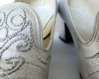 Silver Elegance. Exquisitely Embroidered Shiny Metallic 1960s Dress Pumps.