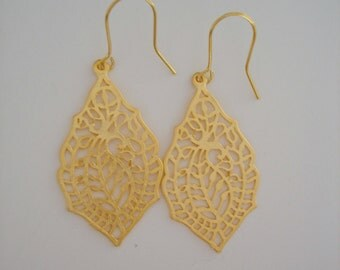 Paisley Pendant Dangle Earrings in Gold - perfect gift - dainty modern simple earrings