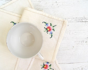 Vintage Embroidered Cloths, Shabby chic Rose Doilies, Retro small tablecloth, cross stitched Cotton handkerchief, Cottage chic, Table Squar