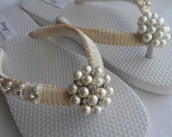 Ivory Pearls & Rhinestone Flip Flops / Bridal Ivory Sandals / / Macrame  Flip Flops / Wedding Rhinestone Flip Flops  / Bridesmaids Shoes .