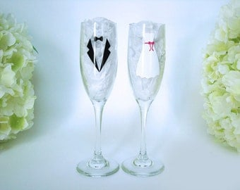 Wedding Toasting Flutes - Bride and Groom Glasses - Mr and Mrs Flutes - Personalized Toasting Flutes - Champagne Glasses - Wedding Gift