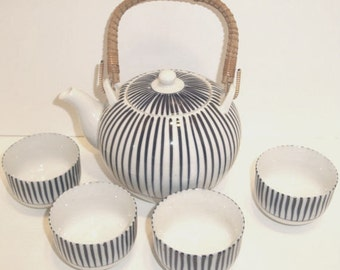 Vintage ORIENTAL TEA POT and 4 Cups in Blue and White Porcelain