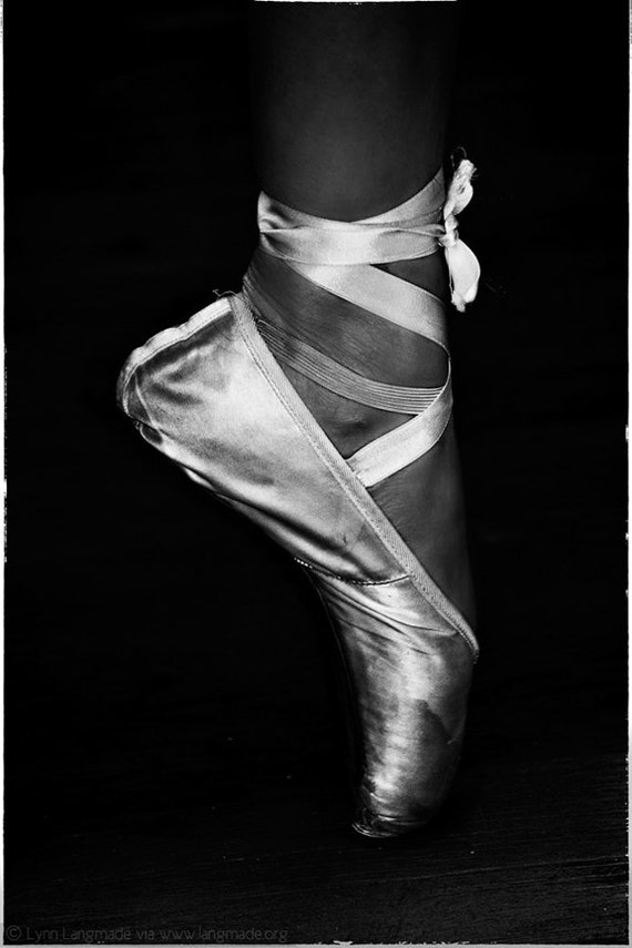 ballet photography ballerina en pointe black and white