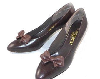 Red cross brown leather bow pumps / vintage low heel / made in USA, 9.5 N 9 B ladylike shoes
