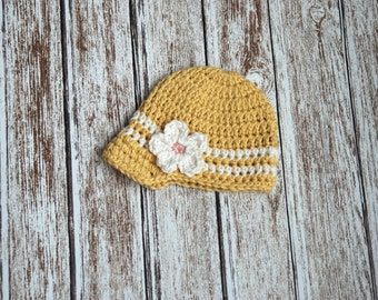 Newsgirl crochet hat in yellow, newsboy hat in yellow with white flower