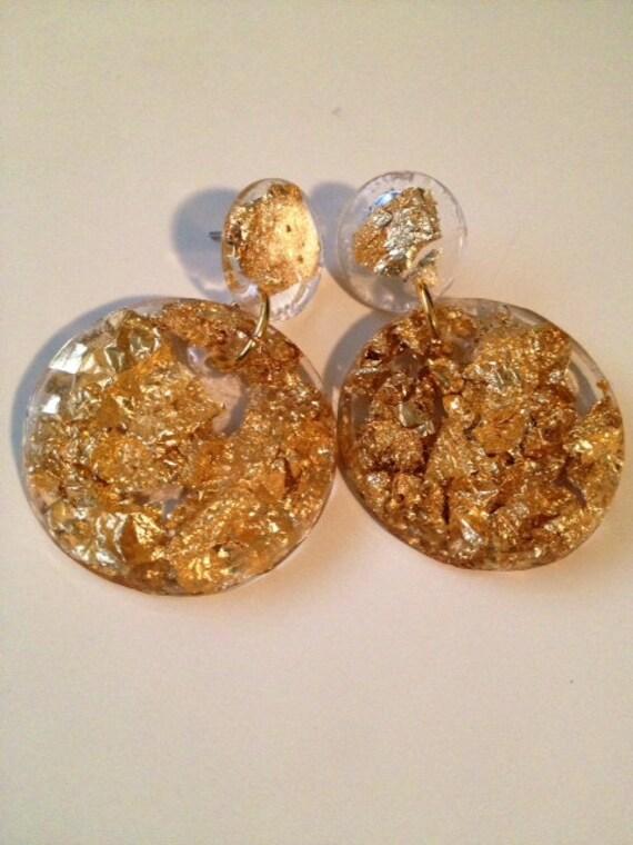 orecchini oro resina elegante  . Gioielleria moderna. cerchi dorati
