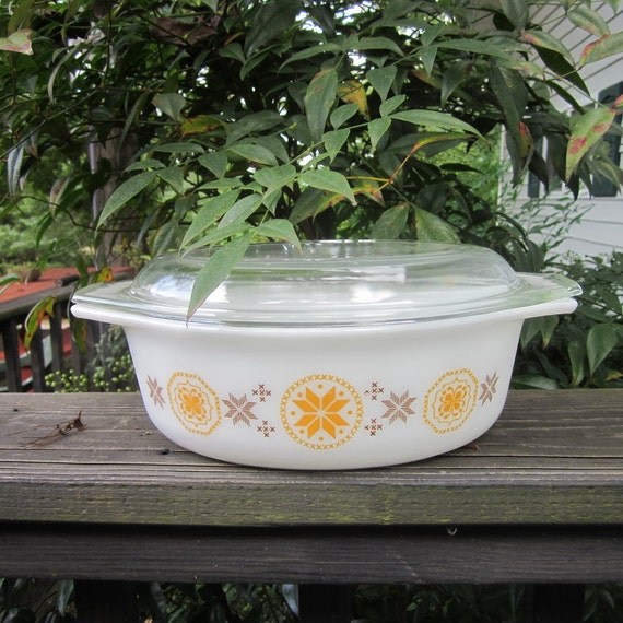 Vintage Pyrex Casserole Dish - 60s Town and Country