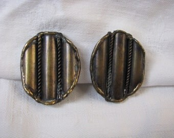 Unusual vintage dimensional antiqued gold tone clip on clip back earrings