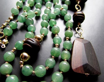 The Long Green Aventurine And Ebony Wood Necklace With A Touch Of Gold