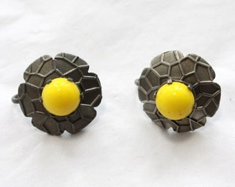 SALE  1 Pair of Vintage 1960s Yellow Flower Screw On Earrings // New Old Stock