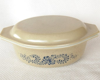 Vintage Pyrex 043 Homestead Oval Covered Casserole 1.5 Quart Folk Art Oval Casserole with Lid in Excellent Condition