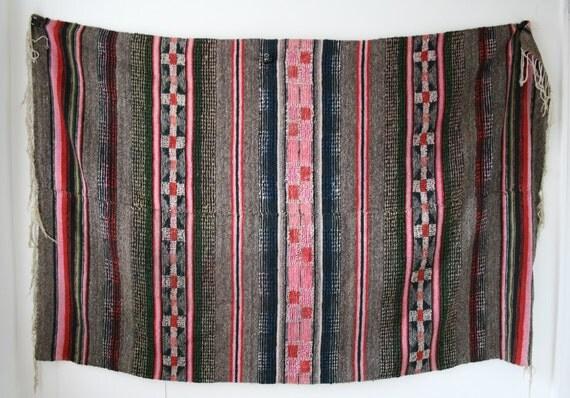 gray pink woven wool rug. Black Bedroom Furniture Sets. Home Design Ideas