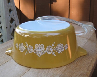 2.5 Quart Pyrex Casserole with Lid in Butterfly Gold