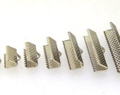 40Pcs 25mm Ribbon Clamp with Loop Silver Color Cord Coupler Band Clips Fasteners Clasp Textured Crimp End Jewelry Design Wrap Bracelet Clamp