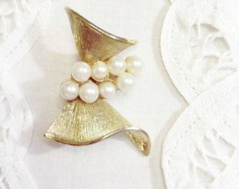 Gold Tone Ridged Vintage Bow Brooch with Pearl Accents