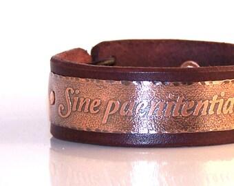 Sine paenitentia vive, sine finibus ama - Live without regrets, love without limits  -  leather bracelet,  inscription in Latin