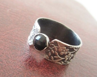 Silver Onyx ring - Textured band ring - size 8.5 - Pattern ring - Small stone ring - Delicate ring - Statement ring - Black Ring