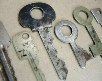 Vintage Rusty Keys - Set of 6 - Steampunk Supplies - k71