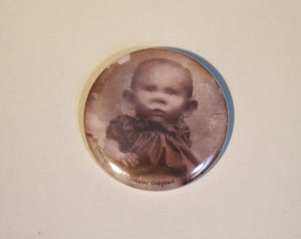 Large (pinback) button: ' Creepy baby '-(5,5 cm diameter) with self-designed image