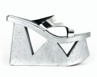 US 8 // 90's Holographic Silver Cut-Out Flatform Sandals